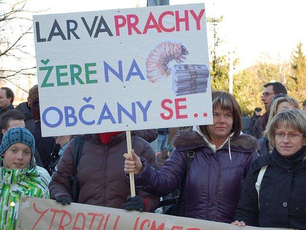 Přibližně stovka lidi demonstrovala ve středu 2. března 2011 před budovou Krajského úřadu Karlovarského kraje proti odvolání Romana Brázdila, primáře anesteziologicko-resuscitačního oddělení Karlovarské krajské nemocnice.