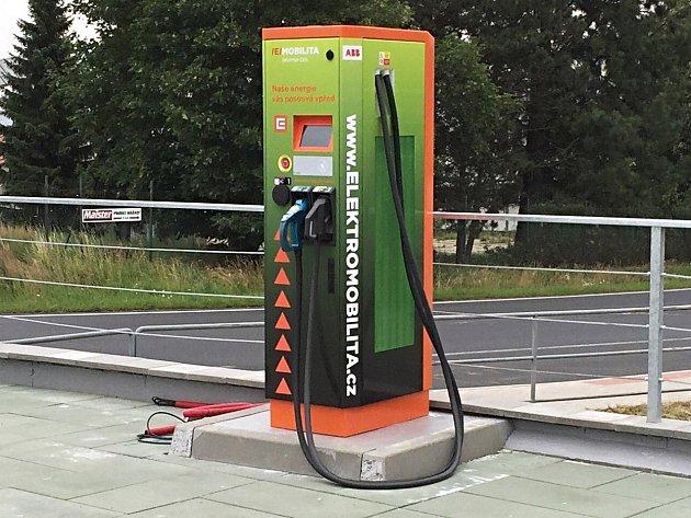 STOJAN rychlodobíjecí stanice pro elektromobily v Jenišově.