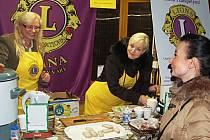 DO CHARITATIVNÍCH AKCÍ se zapojil také karlovarský Lions Club. Každý, kdo si něco koupil v jeho stánku na karlovarských vánočních trzích, přispěl na děti ze sociálně slabých rodin.