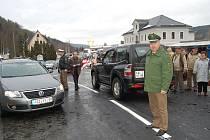 PRVNÍ AUTOMOBILY. Včera ve třináct hodin odpoledne v Potůčkách otevřeli hraniční přechod i pro motorová vozidla do 3,5 tuny.