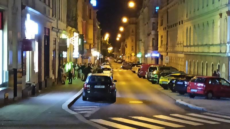 Projít mezi rozdováděnými lidmi v Jaltské ulici není pro strážníky právě příjemné.
