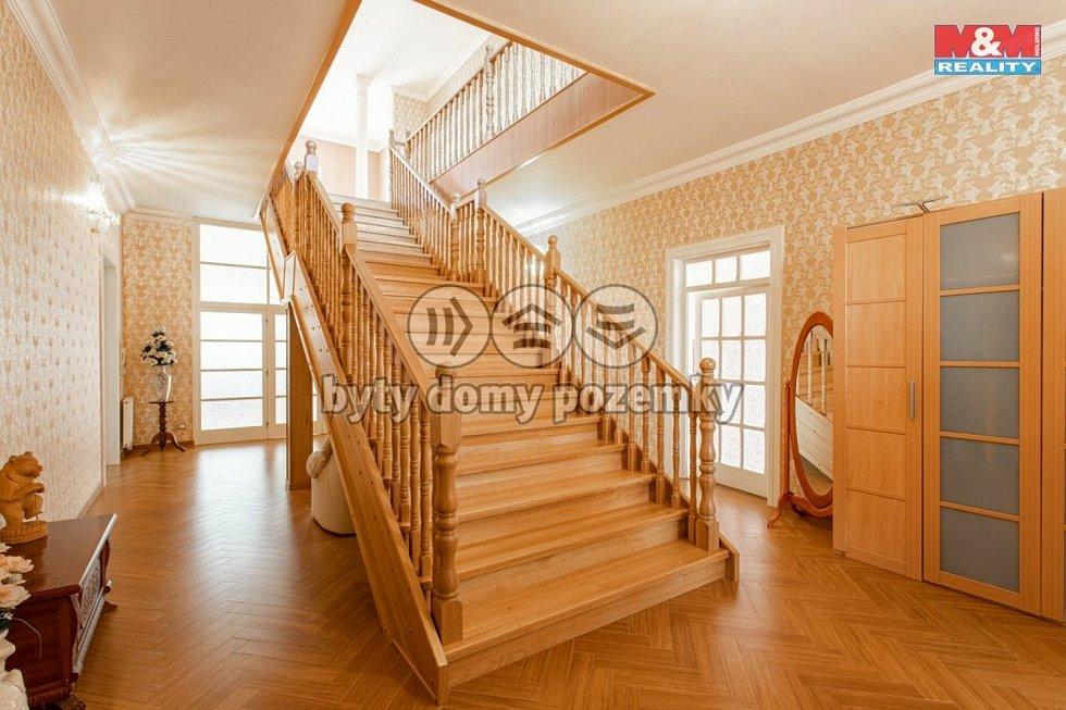 Jako na zámku to vypadá i v tomto rozlehlém domě ve Staré Roli s rozsáhlým pozemkem, který nabízí M&M Reality za 22,590 milionu.