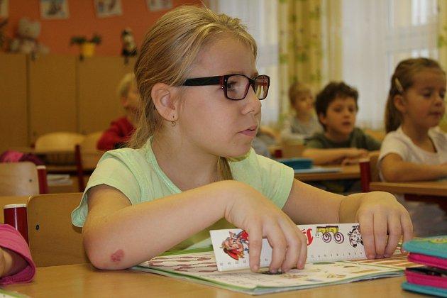 Žáci první třídy Základní školy vDalovicích spaní učitelkou Blankou Dietlovou.