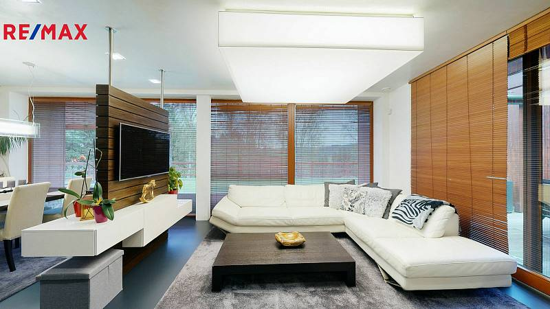 Moderní domy nemusejí stát jen ve městech. Důkazem je toho i tento objekt v Nových Hamrech, který nabízí Remax za 18,3 milionu.
