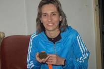 Běžkyně Ivana Sekyrová s medailí z rotterdamského maratonu, kde se kvalifikovala na olympiádu.