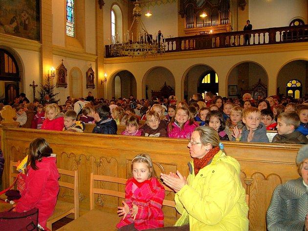 PLNÝ KOSTEL. Spousta dětí včera zaplnila kostel ve Staré Roli při speciálním koncertě.