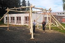 NOVÉ HŘIŠTĚ Základní školy Poštovní v Tuhnicích, které má podobu lanového centra