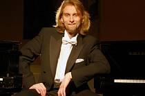 Přední český klavírista Ivo Kahánek je známý širokou výrazovou paletou a svými výjimečnými virtuózními schopnostmi, které uplatňuje v repertoáru od baroka po soudobou hudbu.