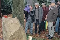 etradiční pohřbívání je pohřbívání do kamene – menhiru. Takto je pohřben například disident Jindřich Konečný.