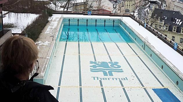 Nevábné okolí proslulého kdysi proslulého bazénu hotelu Thermal.