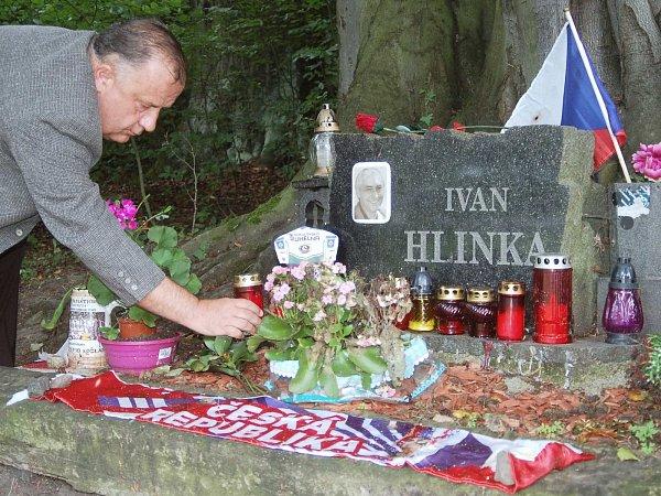 Pomníček na místě nehody Ivana Hlinky. Jeho památku tu za hokejisty uctil prezident HC Energie Ladislav Trubač.