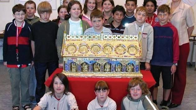 Relikviář přinesly děti.