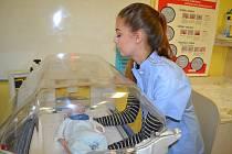 Střední zdravotnická škola má novou pomůcku, která studentům značně zjednoduší výuku. Jde o inkubátor, který jí darovala karlovarská nemocnice.