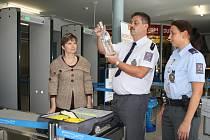 Prohibice je na mezinárodním Letišti Karlovy Vary velice dobře kontrolována. Pokud i přesto někdo zkusí alkohol pronést, nekompromisně na to přijde rentgen, který je nezbytnou součástí letiště.