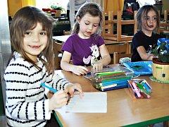 Poptávka po místech v předškolských zařízeních zřizovaných městy a obcemi převyšuje nabídku. Zájem byl také o karlovarskou školku v Sedleci.