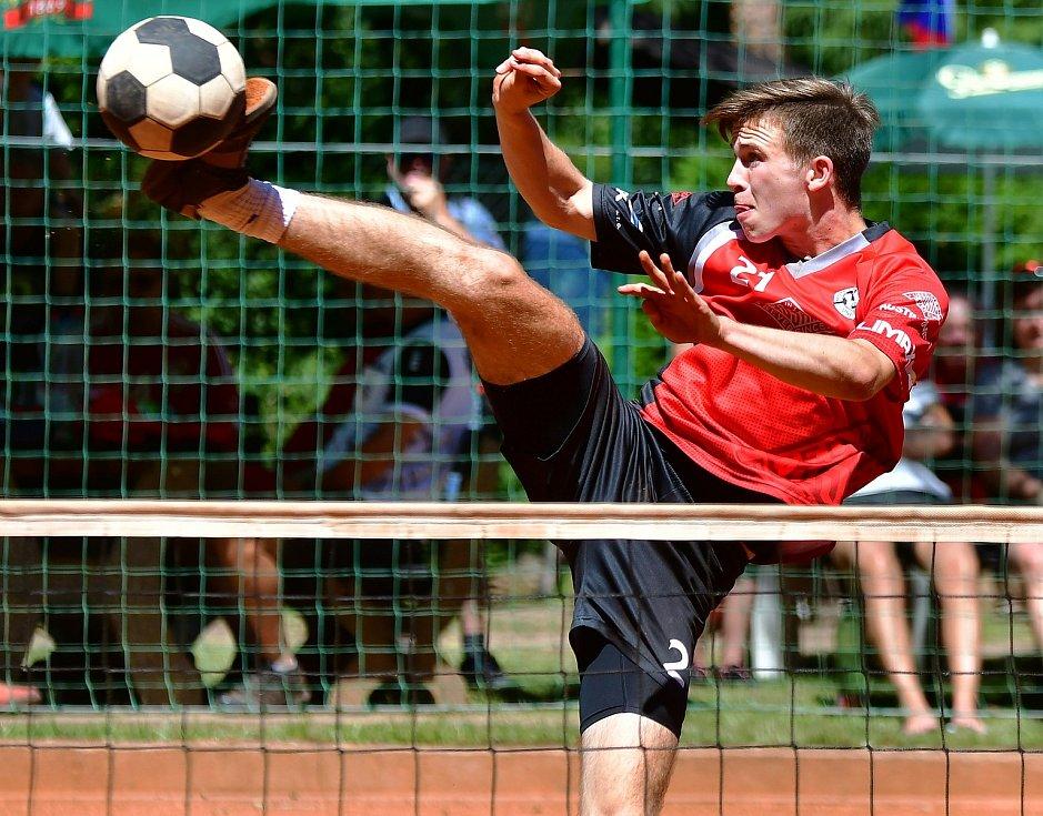 49. mistrovství České republiky dvojic mužů, které se odehrálo o víkendu v Karlových Varech, opanovali zaslouženě nohejbalisté čakovické Avie, kteří přetavili mistrovství republiky v klubovou záležitost.