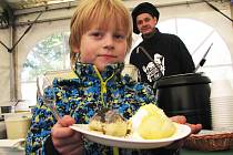 KARLOVARSKÝ KNEDLÍK FEST přilákal k Becherplatzu stovky lidí, kteří si pochutnávali na řadě specialit. Jídla měla jedno společné. Jako příloha se k nim podávaly rozličné knedlíky.