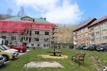 Revitalizace náměstíčka pokračuje s přestavbou roky nevyužívaného obytného domu.
