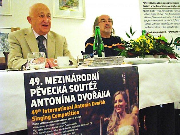 PĚVECKÁ SOUTĚŽ může začít. O novinkách informoval její ředitel Alois Ježek, o podpoře města hovořil náměstek primátora Jiří Klsák (zleva). Letos je do soutěže přihlášeno kolem 120 pěvců.