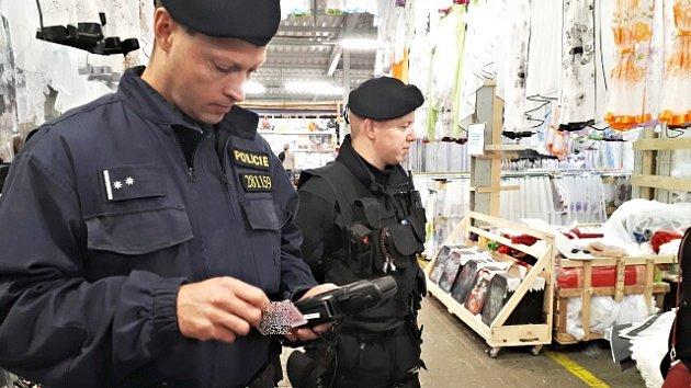 Na tržnici zkontrolovali policisté desítky osob