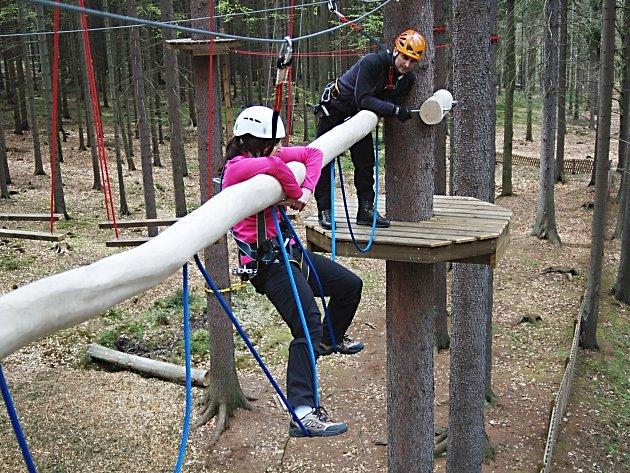Odvážlivci šplhají ve výšce mezi stromy poblíž Svatého Linharta