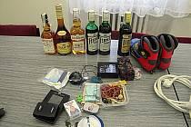 OBCHOD S ALKOHOLEM si klidně mohl otevřít třiadvacetiletý zloděj z Jáchymova. Tyto lahve a další věci odcizil ve třech domech v Horním Žďáru.