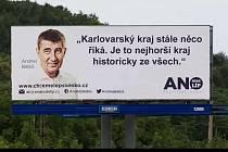 ČEŠI SE OPĚT BAVÍ, tentokrát obyvatelé Karlovarského kraje, kteří satiricky reagují na kritiku premiéra Andreje Babiše.