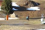 Provoz v lyžařských areálech se zastavil. Jen tu a tam se objevují někteří jedinci. Řada lidí vyrazila na procházky.