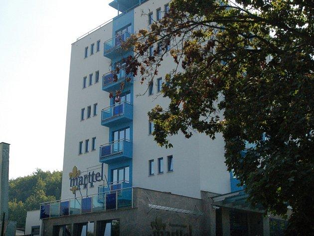 Hotel Marttel. Město řeší, zda si pronajmout objekt bývalé Slávie. Tato úvaha má i své kritiky.