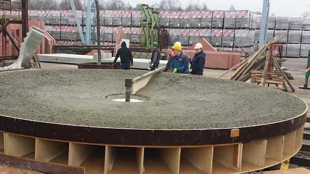 OBROVSKÁ BETONOVÁ MÍSA pro provizorní výtrysk Vřídla vzniká z betonu v Liasu Vintířov. Do Karlových Varů bude dopravena zhruba do poloviny dubna.