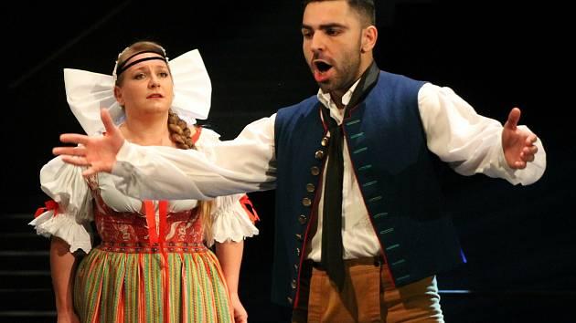 Divadlo J. K. Tyla představilo premiéry pro příští sezonu. Zahájí ji nová inscenace Prodané nevěsty s Ivanou Veberovou v roli Mařenky, Jeníčka bude hrát Amir Khan.