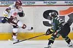 Ze zápasu 8. kola hokejové extraligy Sparta Praha - Energie Karlovy Vary (v zeleném).