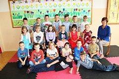Žáci 1.A Základní školy Krušnohorská 11 v Karlových Varech  s paní učitelkou Květoslavou Havlovou.