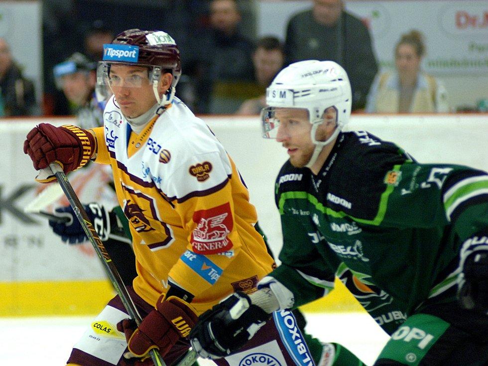 Hokejisté HC Energie (v zeleném) hostili Jihlavu. Henri Tuominne