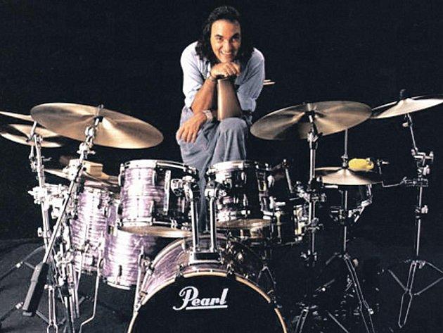 """Na Mezinárodním jazzovém festivalu v Karlových Varech vystoupí jeden z nejlepších bubeníků světa Horacio """"El Negro"""" Hernandez."""