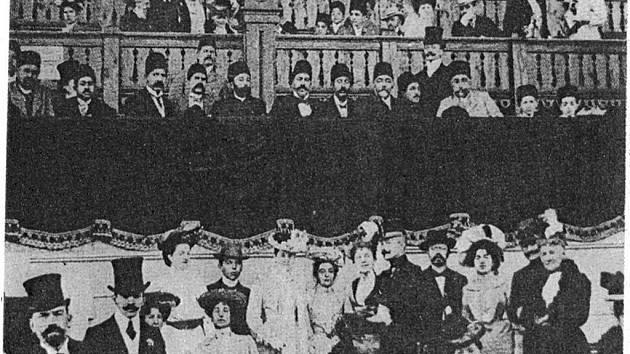 Zahajovací den dostihů v Karlových Varech v roce 1899.