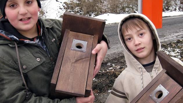 Děti z Dobré Vody na Toužimsku v těchto dnech pověsily s pomocí dospělých v obci a jejím okolí pět ptačích budek pro hnízdění sýkorek.