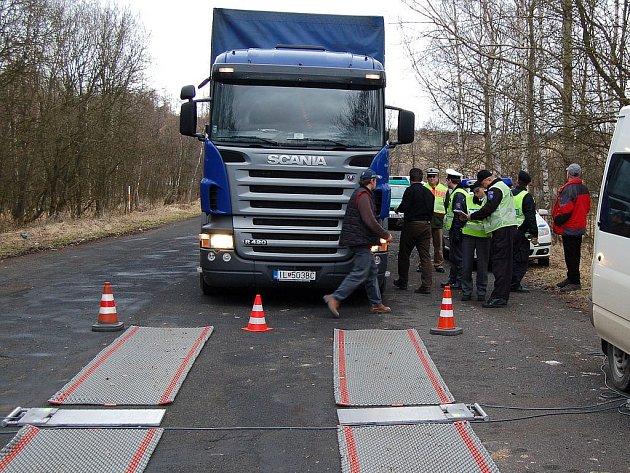 PROŠEL. Řidič tohoto slovenského kamionu, který mířil do Trenčína, prošel policejní kontrolou se štítem. Jeho vůz byl v pořádku a přestávky také dodržoval.