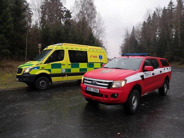 Sanitka srodící ženou uvízla na ledovce. Záchranáři porodili zdravou holčičku ve voze.