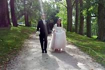 Svatba za prohibice. Novomanželé Jakub a Veronika se brali v době, kdy tvrdá alkohol byl tabu. S přáteli to elegantně vyřešili.