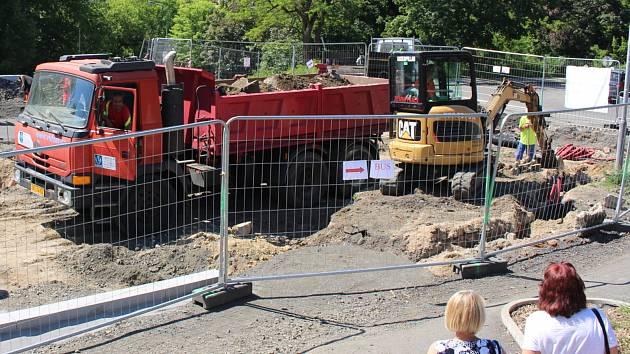 Stavbaři pokračují na stavbě malého autobusového terminálu v Karlových Varech. Práce mají skončit na konci července.