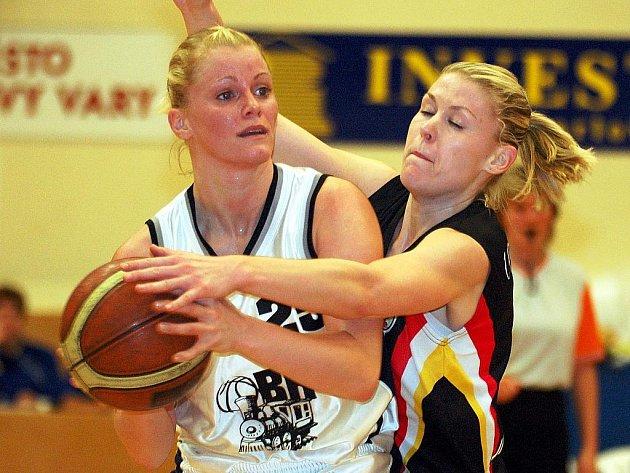 Ve čtrnáctém kole Ženské basketbalové ligy hostila karlovarská Lokomotiva (v bílém) na své palubovce družstvo Hradce Králové. Z celkového vítězství 68:61 se radovaly hráčky z východních Čech.