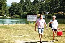 PLÁŽ VELKÉHO RYBNÍKA na Karlovarsku zela v pondělí prázdnotou. Lidé po přečtení výstrahy, že je zde kvůli sinicím zákaz koupání, odcházeli. Do vody, na první pohled zakalené, se jim nechtělo.