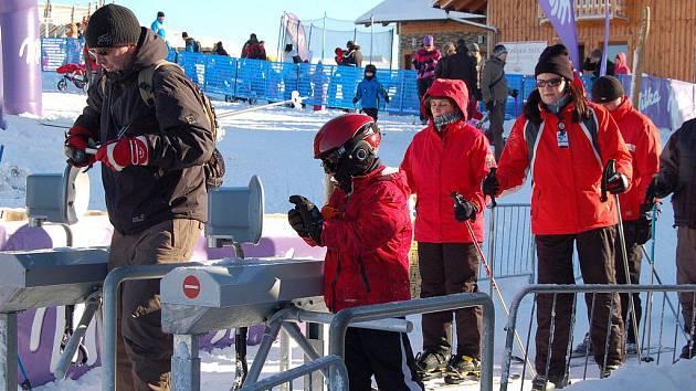 V SOBOTU DOPOLEDNE bylo v lyžařském areálu Novako na Božím Daru několik stovek návštěvníků. Jeho provozovatel Jan Novák si víkendovou návštěvnost pochvaloval.