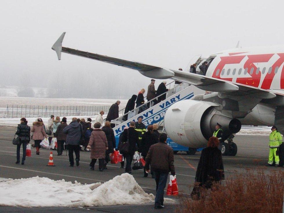 V nové odbavovací hale už čekali na odlet pasažéři letadla, které se v sobotu po poledni vzneslo směrem na Petrohrad. Na samotné budově je ale ještě práce dost.
