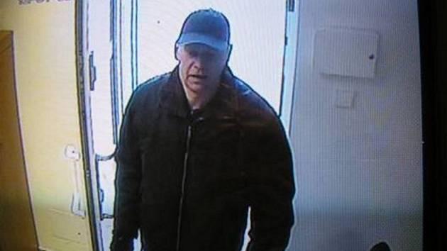 Lupiče zadržela policie v jeho obchodě se dřevem v Dolním Rychnově v pátek 16. ledna devět hodin ráno. Policie šla najisto. Jiří Kasl (na snímku z bezpečnostní kamery) se přiznal i k loupeži v Toužimi.