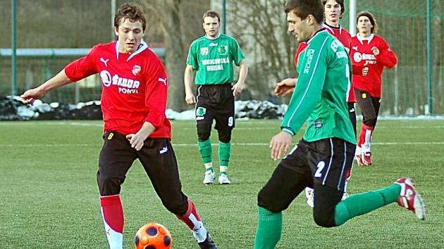 Obránce Petr Knakal (vpravo) byl první posilou sokolovského Baníku během druholigové zimní přestávky.