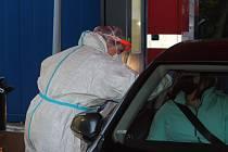 Odběrové místo na testování koronaviru v karlovarské nemocnici.