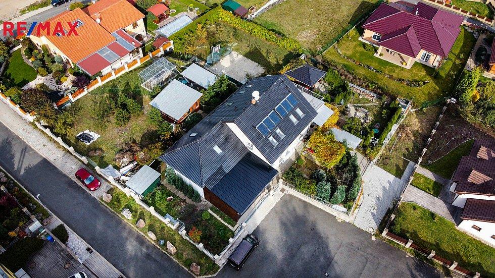 Rodinný dům v Jenišově je k mání prostřednictvím společnosti Remax za 19,5 milionu korun.