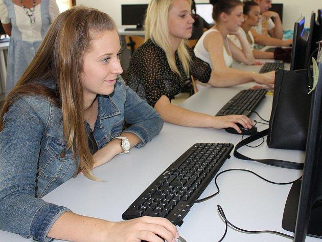 KVALIFIKOVANÝ PERSONÁL pro hotely či restaurace v regionu připravuje například Střední škola stravování a služeb Karlovy Vary. Vzdělávací portfolio této školy je zaměřeno především na oblast gastronomie, doplňkově i obchodu.